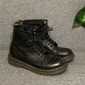 Dr. Martens Classic Black Boots Delaney 2y